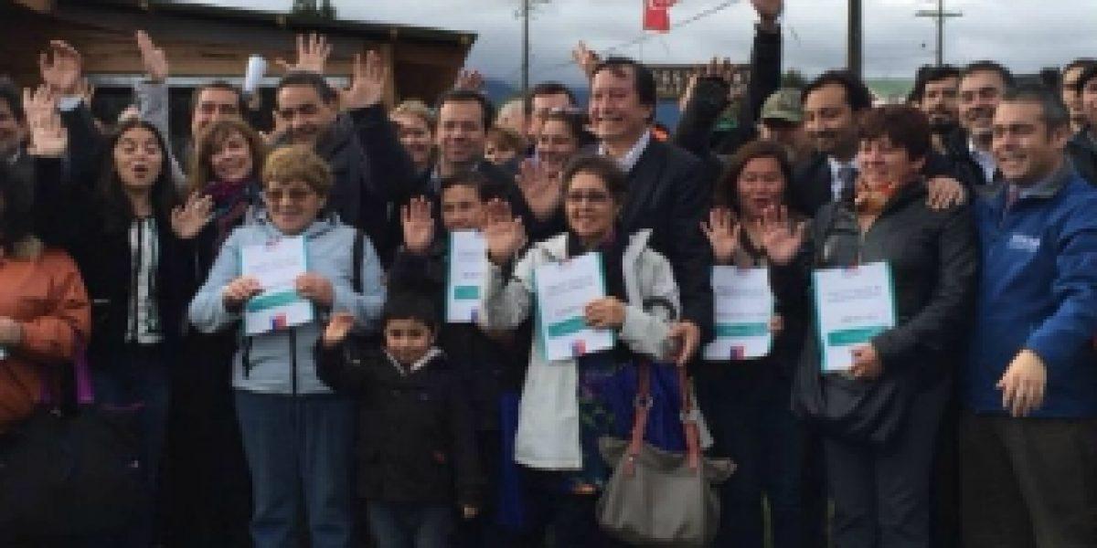 Ministro de Economía entregó subsidios a afectados por volcán Calbuco