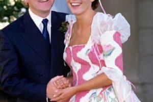 Emma Thompson tenía un vestido tan desastroso el día de su boda con Kenneth Branagh (sí, estuvieron casados). Foto:vía Getty Images. Imagen Por: