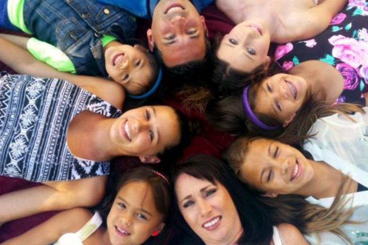 Así luce la actual familia de 8 integrantes. Foto:Vía youcaring.com. Imagen Por: