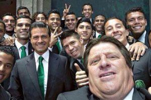 El presidente de México Enrique Peña Nieto fue motivo de memes por esta foto con la Selección Nacional de Fútbol. Foto:Vía Twitter @miguelherreradt. Imagen Por: