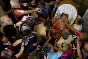 """Mujer es consolada tra la """"Procesión de las cubiertas"""", en la que personas que escaparon de la muerte son llevadas en ataudes por sus familiares para agradecer que están vivos. Foto:AFP. Imagen Por:"""