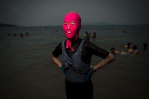 Mujer con un facekini en China. Foto:AFP. Imagen Por: