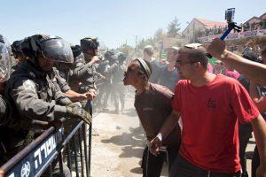 Israelíes pelean con fuerzas de seguridad del país Foto:AFP. Imagen Por: