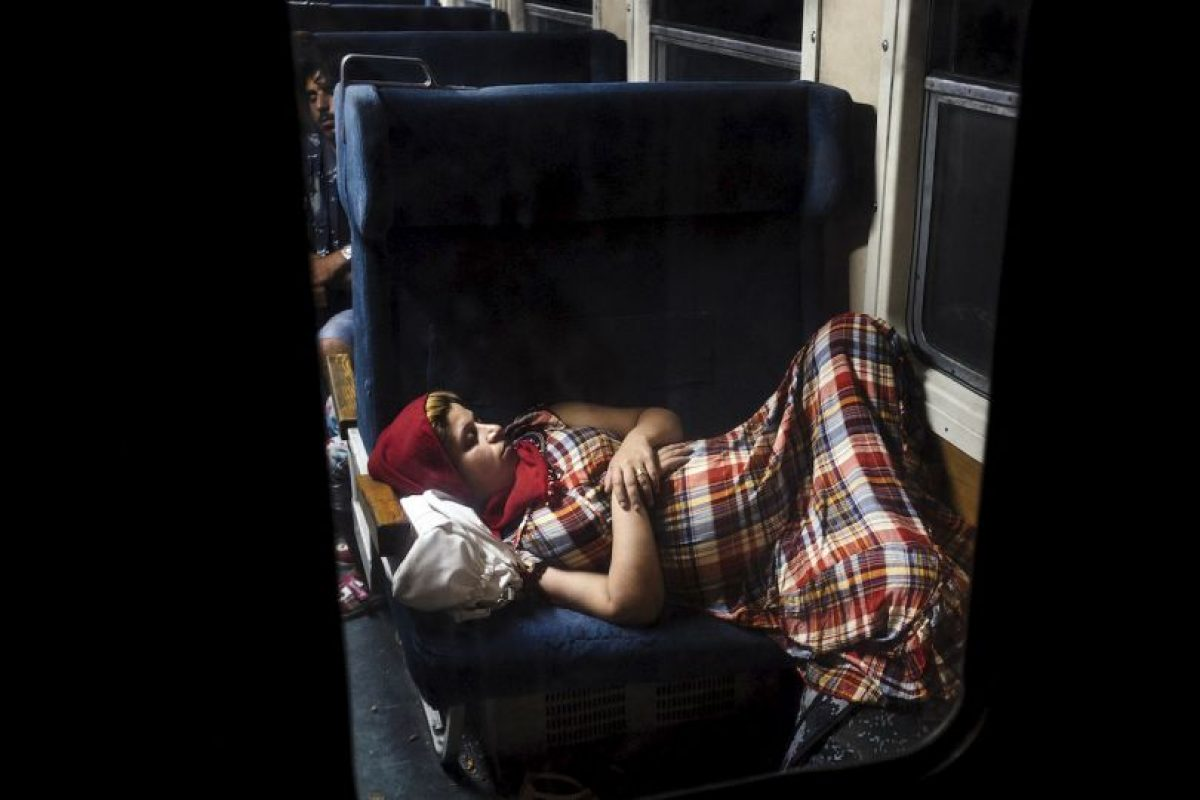 Embarazada siria durmiendo en el tren. Foto:AFP. Imagen Por: