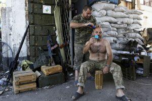 Soldado ucraniano recibe corte de cabello. Foto:AFP. Imagen Por: