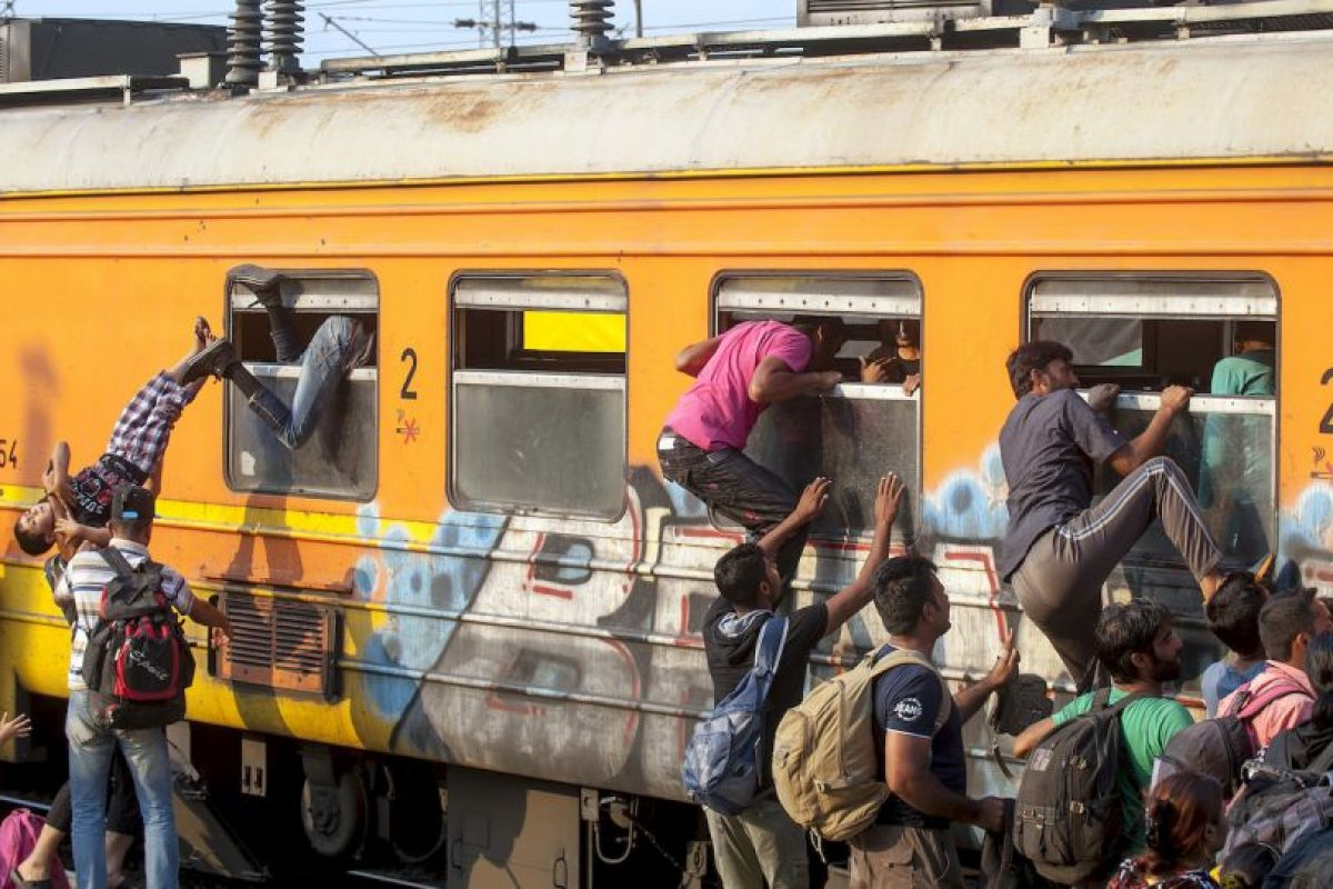 Migrantes tratando de entrar a Macedonia. Foto:AFP. Imagen Por: