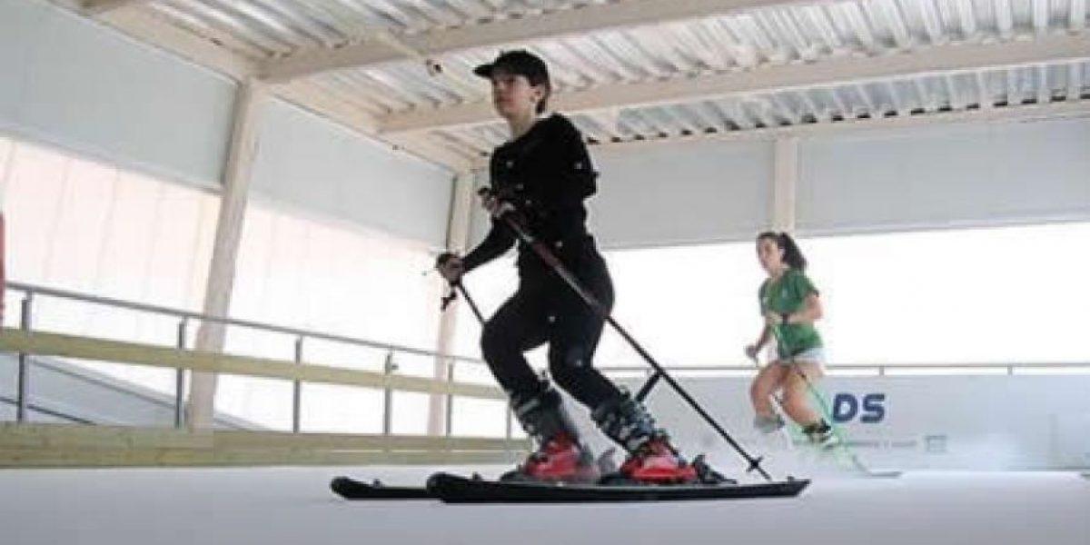 Un centro que disimula el verano para esquiar sin nieve y a 40 grados