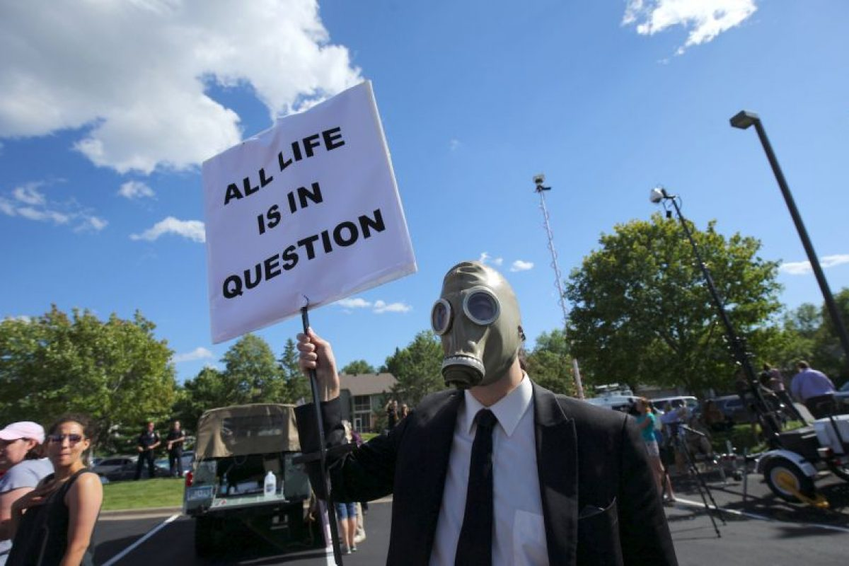 """""""Todas las vidas están en duda"""", se lee en este cartel Foto:Getty Images. Imagen Por:"""