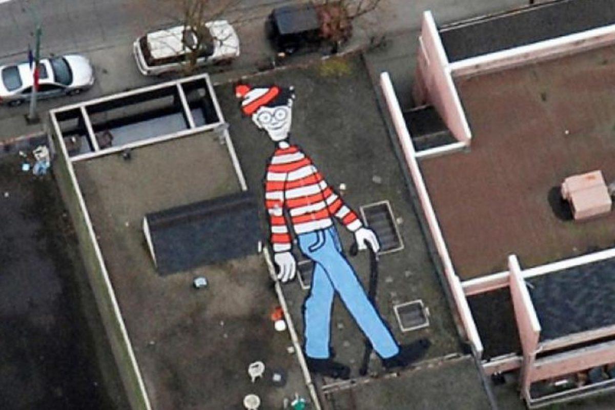 """Wally, el famoso personaje de la caricatura """"Y ¿Dónde está Wally?"""" se encuentra pintado en la azotea de una casa de Vancouver en Canadá. Es una obra de la artista canadiense Melanie Coles Foto:Google. Imagen Por:"""