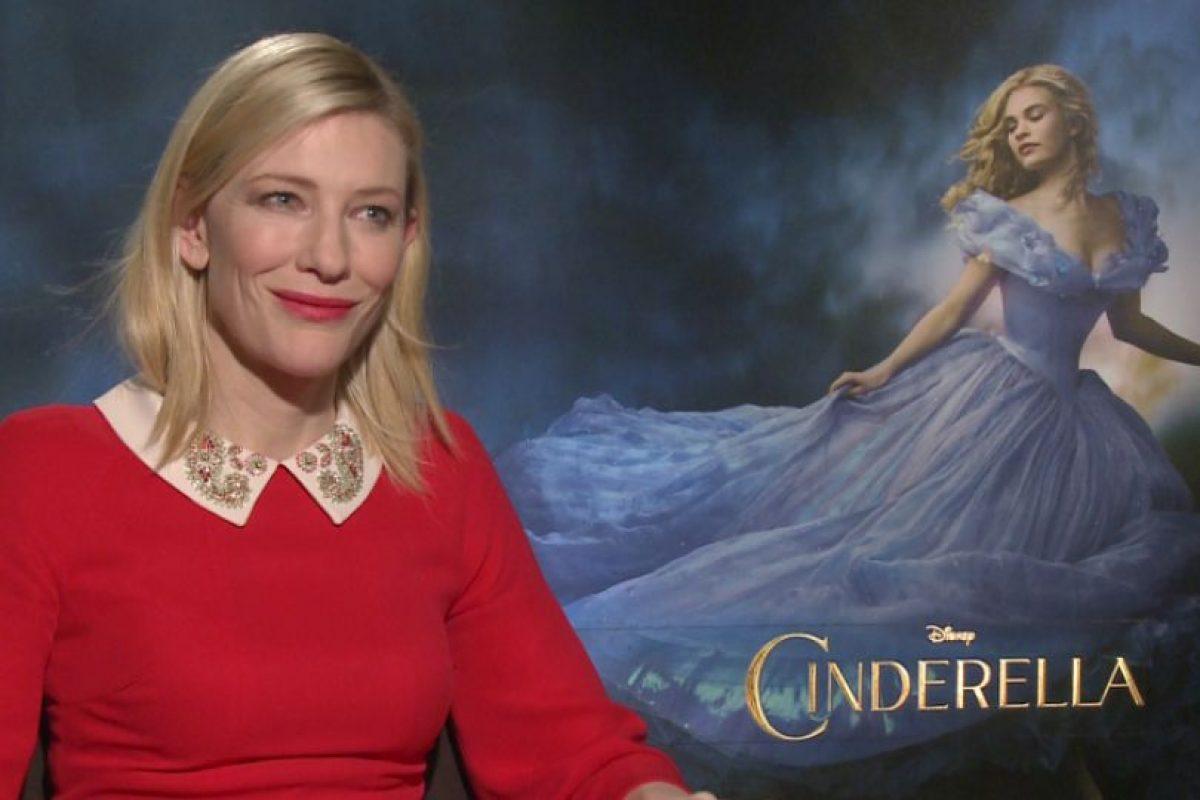 """4. Cate Blanchett siempre es muy profesional con sus entrevistas, pero cuando le hacen preguntas tontas, pierde la paciencia, como sucedió cuando promocionó """"Cinderella"""". Foto:vía Youtube. Imagen Por:"""