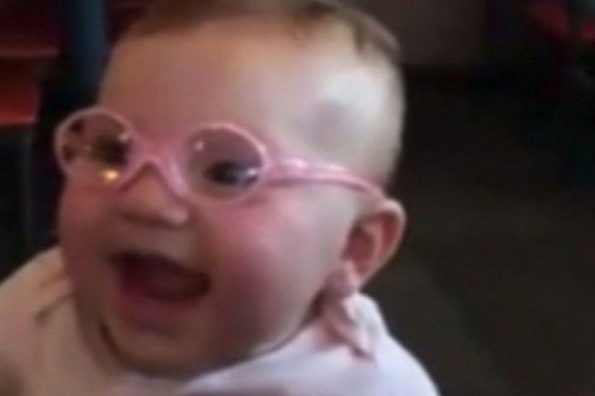"""La madre de Piper, Jessica Sinclair escribió en su cuenta de Facebook: """"Ella no gateaba aún, y pensé que podía haber algo mal con su vista por lo que la llevé (a un doctor) él me dijo que tenía astigmatismo. Foto: Youtube. Imagen Por:"""