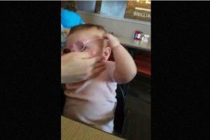 Así reaccionó esta bebé al ver claramente a sus padres por primera vez Foto: Youtube. Imagen Por: