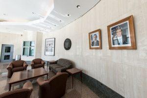 Sala de reuniones donde se puede apreciar el retrato del presidente Barack Obama y del Secretario de Estado, John Kerry Foto:AFP. Imagen Por: