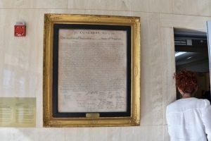 Copia de la declaración de independencia de Estados Unidos que cuelga en una de las paredes de la embajada Foto:AFP. Imagen Por: