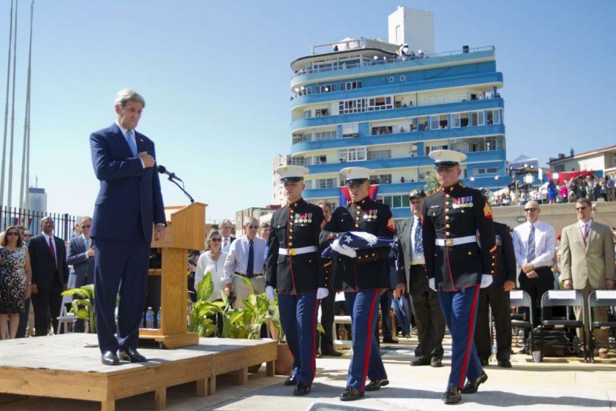 """Kerry, señaló que era una ocasión memorable, """"un día para dejar a un lado las viejas barreras y explorar nuevas posibilidades"""". Foto:AFP. Imagen Por:"""