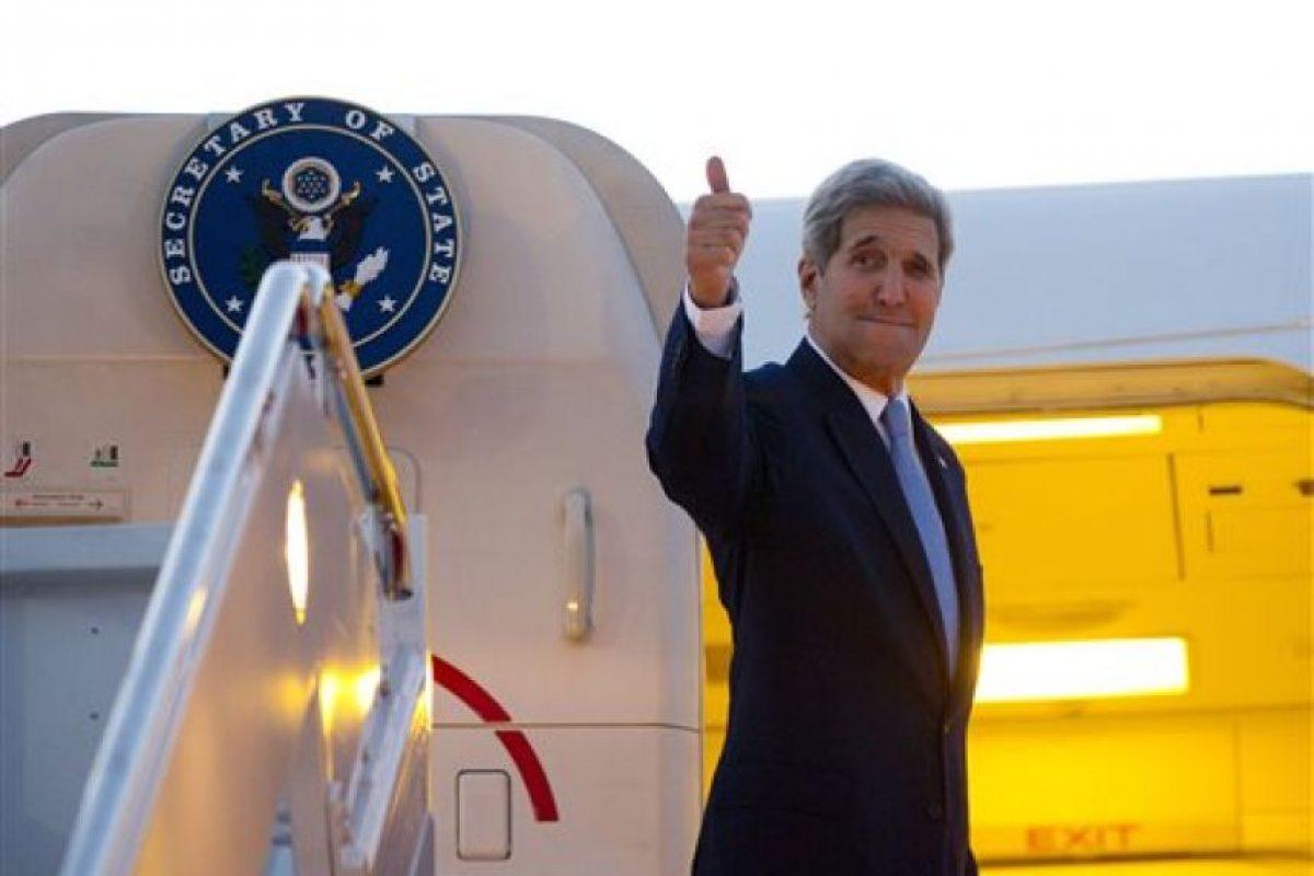 El secretario de Estado, John Kerry, abordando el avión que lo llevaría de Washington a La Habana este viernes por la mañana Foto:AP. Imagen Por: