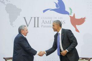 El 11 de abril ambos mandatarios se reúnen por primera en la Cumbre de las Américas, realizada en Panamá. Foto:AP. Imagen Por:
