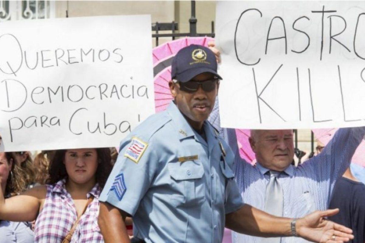El encargado de izar la bandera fue Bruno Rodríguez, ministro cubano de Relaciones Exteriores. Foto:AFP. Imagen Por: