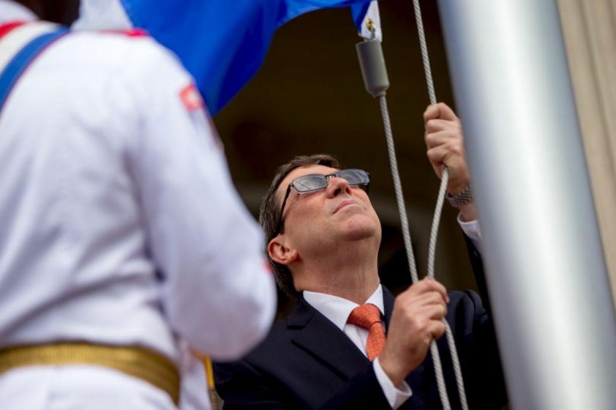 El encargado de izar la bandera fue Bruno Rodríguez, ministro cubano de Relaciones Exteriores Foto:AP. Imagen Por: