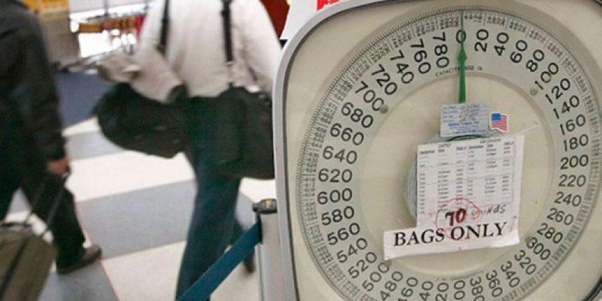 Una compañía aérea en Uzbekistán pesa a los viajeros por exceso de equipaje