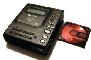 """Después del """"hit"""" de los """"Discman"""" El minidisc quiso seguir la línea de su éxito. Desafortunadamente aburrió pronto por la evolución de los formatos digitales Foto:Sony. Imagen Por:"""