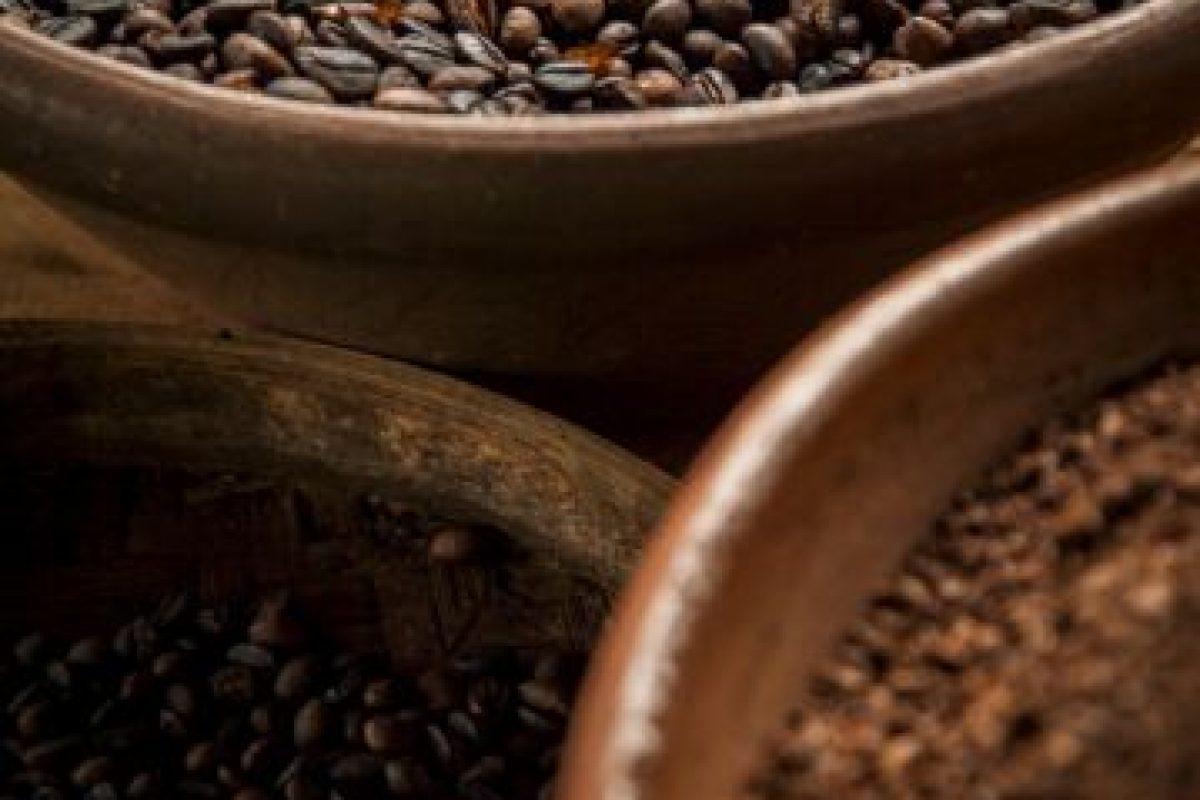Si se levantan siempre a horas distintas, los expertos recomiendan esperar al menos una hora para beber café. Foto:Getty Images. Imagen Por: