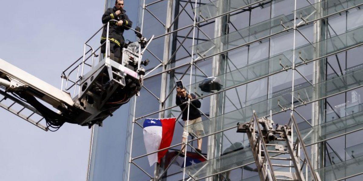 Minutos de tensión en Las Condes por hombre colgado en edificio