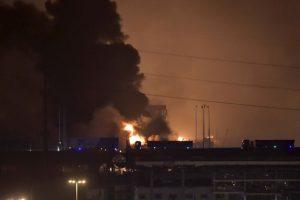 Una gran bola de fuego y una columna de humo se pudo ver en toda la zona. Foto:AP. Imagen Por: