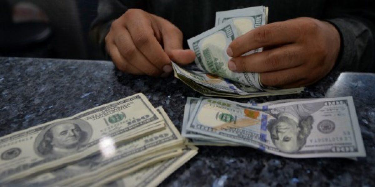 Fuerte alza marca el comienzo de semana del dólar