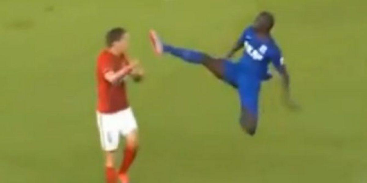 Criminal patada voladora durante partido de fútbol chino