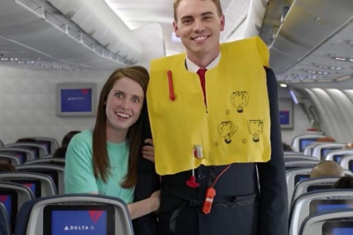 """La novia más celosa del mundo, """"Laina"""", """"La naranja molesta"""" y """"el gato pianista"""" son algunos de los personajes que aparecen en este extraño video de seguridad de la aerolínea Delta. Foto:Vía Youtube. Imagen Por:"""