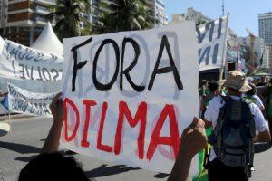 2. Durante la manifestación del domingo muchos cargaron pancartas que hacían alusión al fiscal federal. Foto:AFP. Imagen Por: