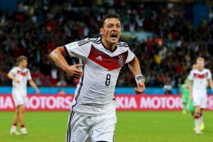 Es hijo de inmigrantes turcos en Alemania, por lo que pudo jugar para Turquía, pero Özil prefirió representar a Alemania, el país donde nació y creció. Foto:Getty Images. Imagen Por: