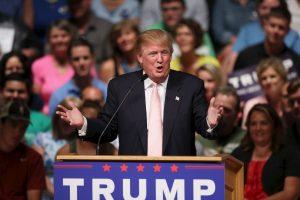 """""""¿Saben por qué son ricos? Porque tienen petróleo. Les arrebataré por completo su fuente de riqueza, que es el crudo. Los bombardearé hasta erradicarlos"""", aseguró Trump a NewsMax. Foto:Getty Images. Imagen Por:"""