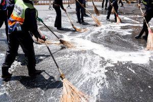 Las labores de limpieza del sitio, en donde según testigos, había restos humanos y sangre por todas partes Foto:Getty Images. Imagen Por: