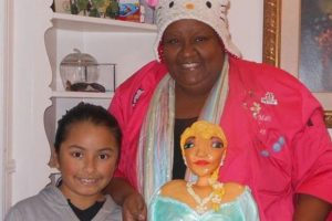 Para facilitar la tarea del repostero, los familiares de la niña enviaron la fotografía de un pastel diseñado por McGreevyCakes.com, un portal que ofrece tutoriales de decoración de este tipo de postres. Foto:vía imgur. Imagen Por:
