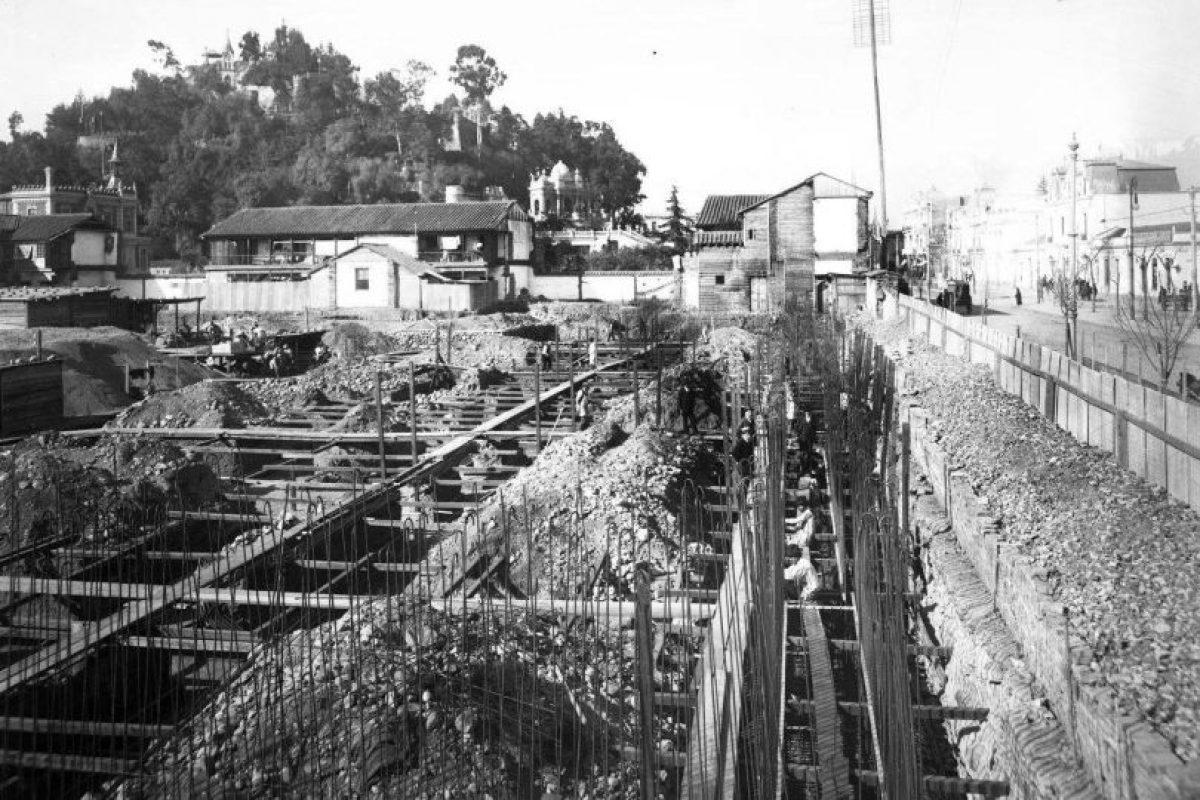Edificio de la Biblioteca Nacional en construcción, cerro Santa Lucía y Alameda de Las Delicias de Santiago en Septiembre de 1914. Foto:Fotos Históricas de Chile. Imagen Por: