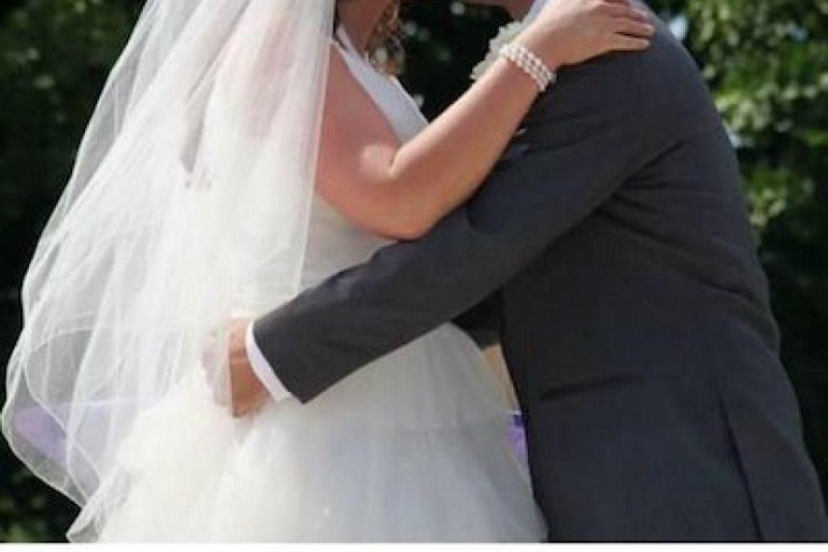 ¿Una foto de boda en una aplicación para conseguir pareja? Foto:Instagram.com/explore/tags/tinderfail/. Imagen Por: