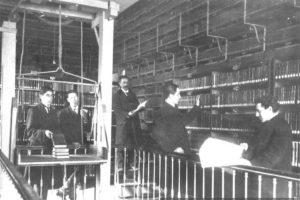 Sala de Archivo, hacia 1900 Foto:Memoriachilena. Imagen Por: