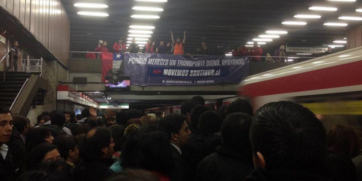 Trabajadores de Metro protestaron en hora punta en estación Baquedano