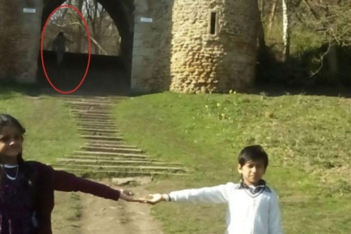 La familia recibió un gran susto al descubrir que en una de las fotos se percibía la presencia de un ente al fondo de la imagen. Foto:Vía Yorkeshire. Imagen Por: