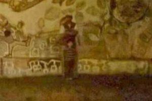 """9. Una imagen captada en el cementerio de Jesús María en Córdoba, Argentina, ha impactado a los pobladores, pues mencionan que se puede apreciar a un supuesto """"niño fantasma"""". Algunos vecinos del cementerio aseguran haber visto y escuchado a este """"niño"""" cada medianoche llamando a sus padres. Foto:Vía Informados Diario. Imagen Por:"""