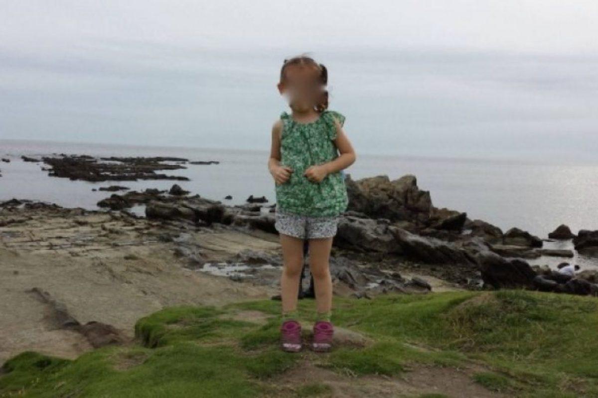 2. Si se fijan bien, hay algo que parecen unos pies detrás de la niña. Foto:Imgur. Imagen Por: