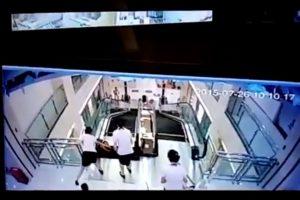 La mujer que falleció en las escaleras eléctricas fue considerada un ejemplo de maternidad, por salvar a su hijo de dos años. Foto:YouTube-Archivo. Imagen Por: