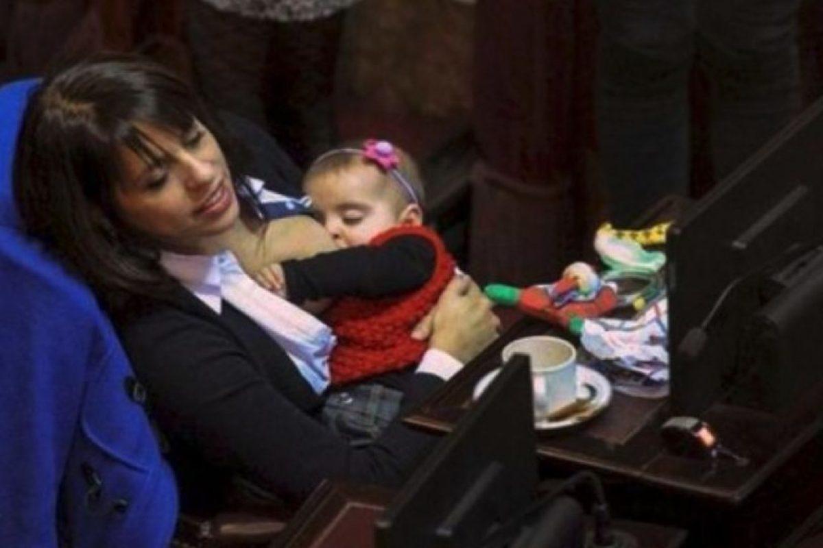 Conozca a la diputada argentina que amamanta a su hija en el Congreso Foto:Facebook.com/pages/Victoria-Donda-Pérez. Imagen Por: