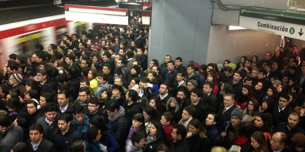 Trabajadores acusan que las cajeras de Metro deben orinar en sus puestos