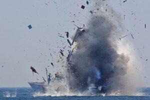 Explosión de barco dedicado a la pesca ilegal en Indonesia. Foto:AFP. Imagen Por: