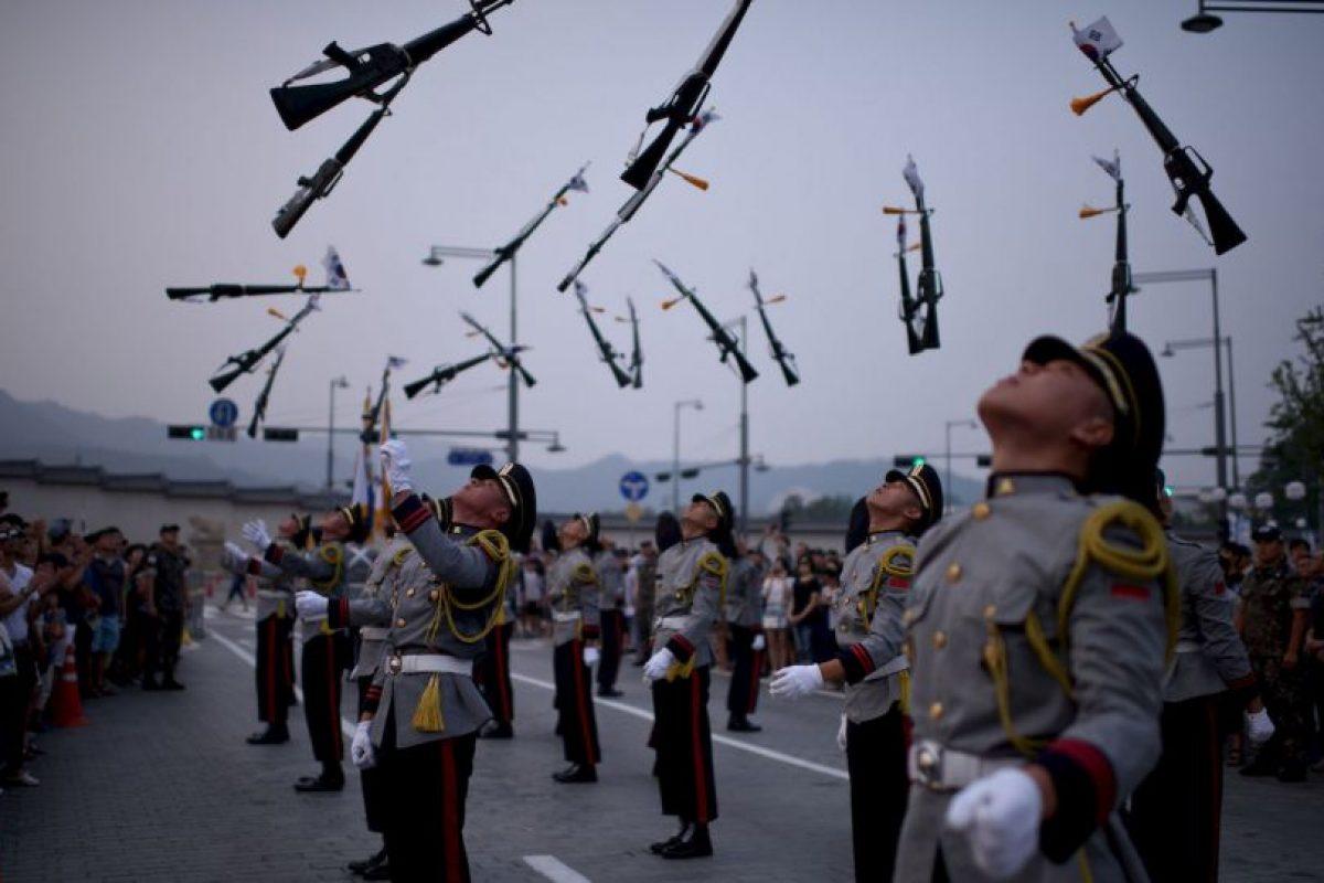 Guardias en desfile de Seúl. Foto:AFP. Imagen Por: