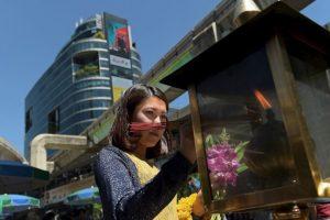 Mujer enciende inciensos en Tailandia. Foto:AFP. Imagen Por: