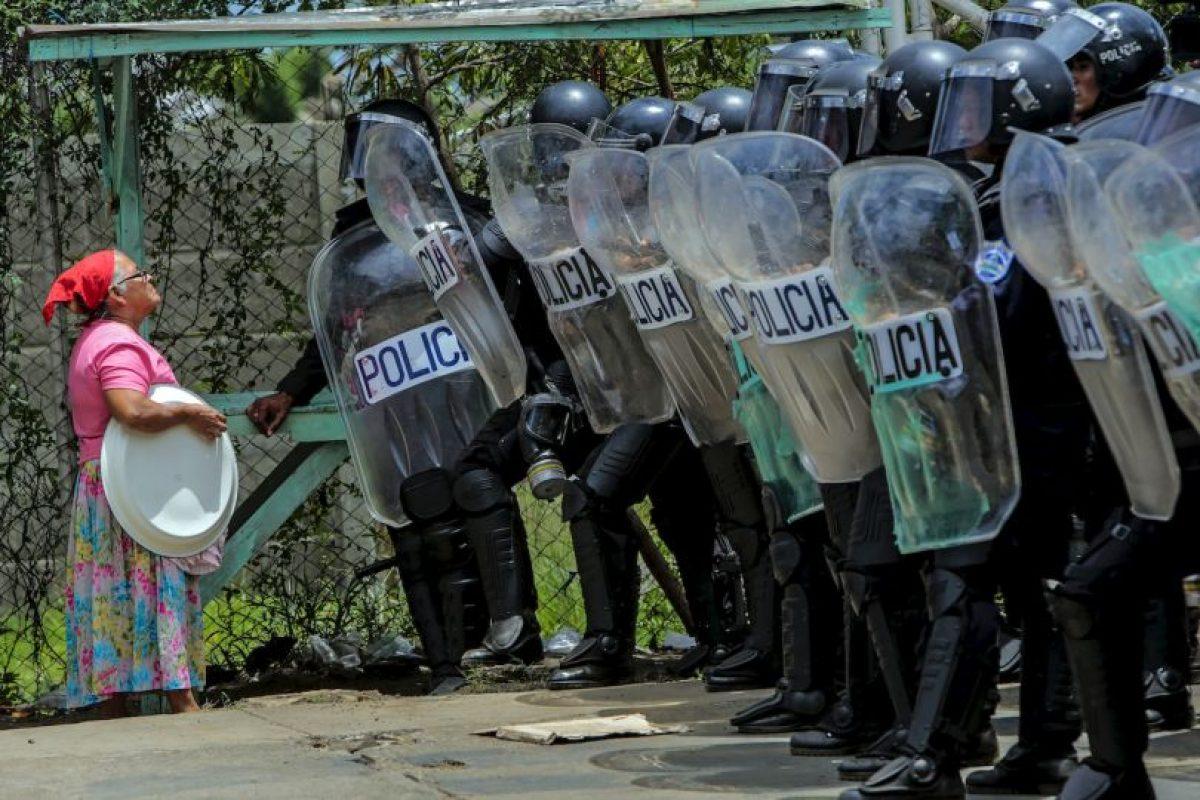 Mujer habla con la Policía en Managua, Nicaragua. Foto:AFP. Imagen Por: